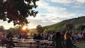 Abendstimmung mit vielen Menschen beim Uferweinfest