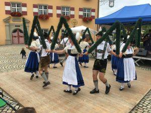 Menschen in Bayerischer Tracht Tanzen