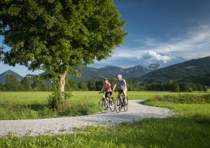Zwei Personen beim Rad fahren